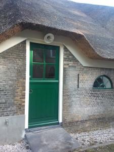 Het gaat weer als een speer: de mestluiken zijn terug, maar nu open; deur- en raambeslag zijn aangebracht; de stallampen zijn gemonteerd en de balustrade is geplaatst! En ondertussen wordt er nog steeds.. geschilderd.