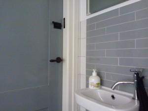 Ook binnen is het schilderwerk bijna voltooid: de kleur op de deuren matcht met de kleur van de tegels!