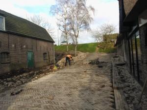 Prachtig! Inmiddels is ook voor de boerderij langs een straatje gelegd! De parkeerplaats volgt spoedig..