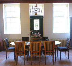Het formele voorhuis willen we klassiek inrichten en het achterhuis is prive, eigentijds modern. Eindelijk een klassieke eettafel met stoelen gevonden die aan alle wensen voldoet! Mooi met de bolkroon er boven!