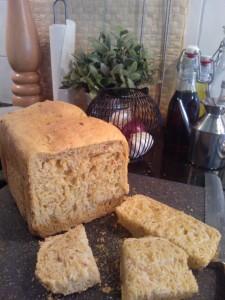 Geïnspireerd door Cobie's heerlijke verse brood van Huis den Dool.. borrelbrood met de broodbakmachine gemaakt met zongedroogde tomaat, olijven, pijnboompitten en pesto! Hmmm!
