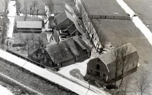 Gisteren een unieke en schitterende luchtfoto van de boerderij gekregen, foto vermoedelijk gemaakt tussen 1942 en 1962 en afkomstig uit het familiealbum van een oud bewoonster!